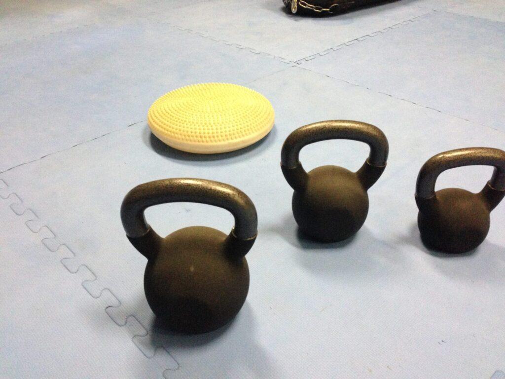 バランスボールやバランスディスク、ケトルベルなど、様々なトレーニング器具も取り入れて効果的なメニューをこなしていきます。